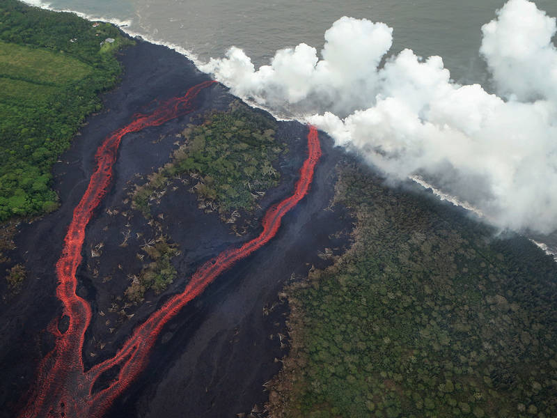 Hawaii Volcanoes See Photo Updates Of The Devastating Chaos Hawaiis Erupting Kilauea Volcano Is Not