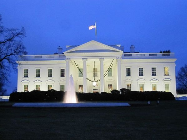 Police report: Man arrested after claiming bomb at White House gates