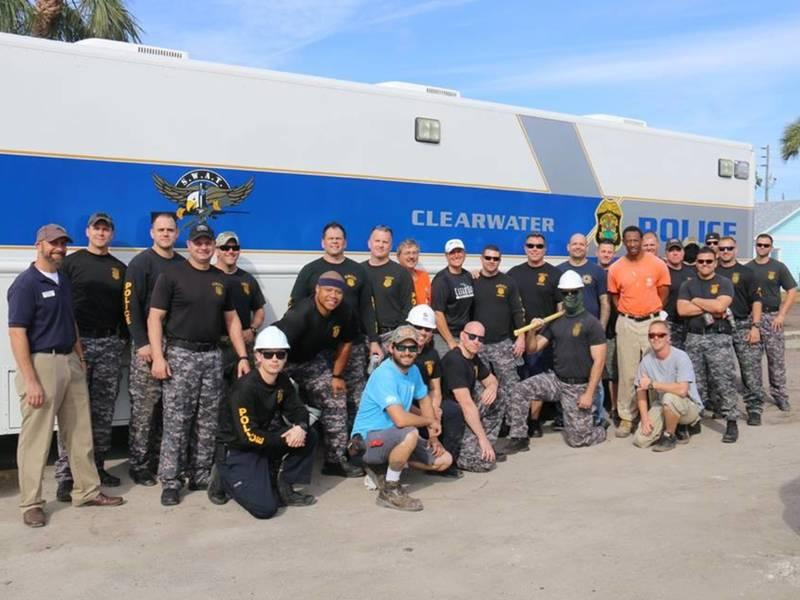 clearwater swat team trades assault rifles  paint 800 x 600 · jpeg