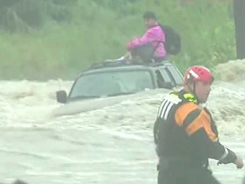 Watch Dramatic Rescue Texas Man Trapped On Suv Roof In